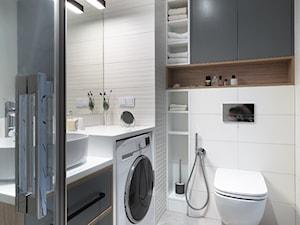 Mieszkanie na osiedlu Botaniczna - Mała biała szara łazienka w bloku w domu jednorodzinnym bez okna, styl nowoczesny - zdjęcie od Nickel Asystent