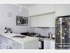 kobiece mieszkanie na Muranowie - Średnia otwarta fioletowa kuchnia dwurzędowa, styl glamour - zdjęcie od Twój Kwadrat
