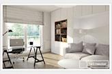 szara sofa, biały okrągły stolik, podłoga z jasnego drewna.szare zasłony rzymskie