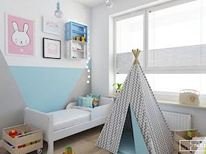 mieszkanie w Warszawie - Średni biały szary pastelowy niebieski pokój dziecka dla chłopca dla malucha, styl nowoczesny - zdjęcie od Twój Kwadrat