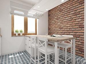 dom pod Warszawą - Średnia zamknięta biała kuchnia dwurzędowa z oknem, styl rustykalny - zdjęcie od Twój Kwadrat