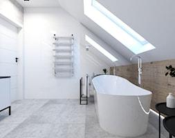 Projekt domu - Średnia biała łazienka na poddaszu w domu jednorodzinnym z oknem - zdjęcie od MalgorztaLen - Homebook