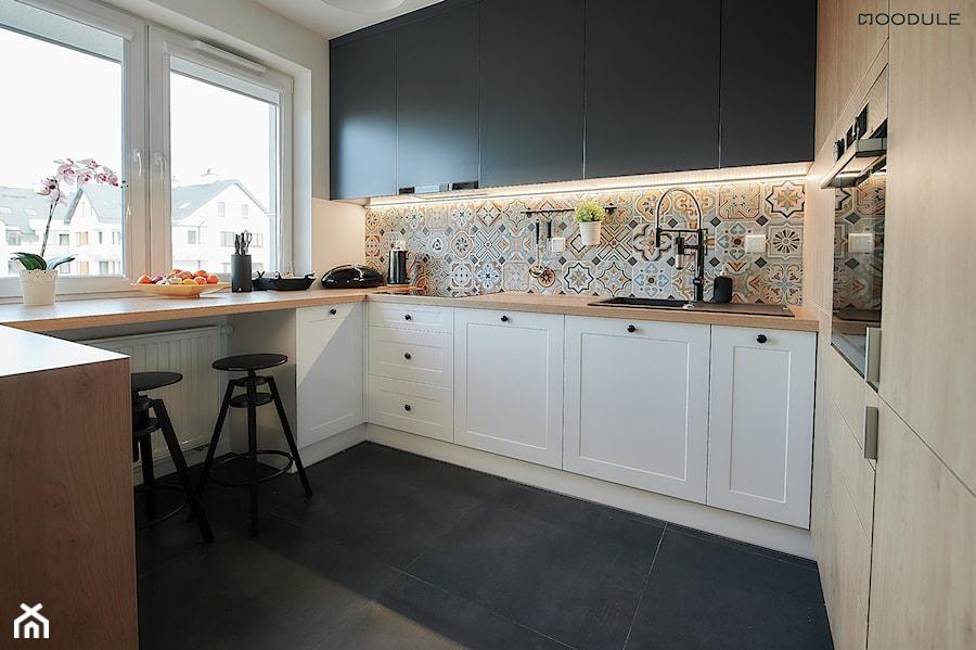 Mieszkanie w Rzeszowie - Średnia otwarta biała szara kuchnia w kształcie litery g z oknem, styl skandynawski - zdjęcie od Moodule