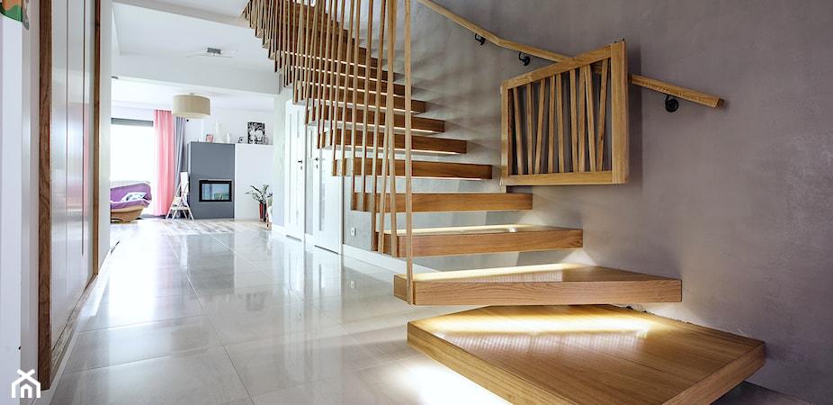 Oświetlenie schodowe – jakie wybrać i jak je podłączyć?