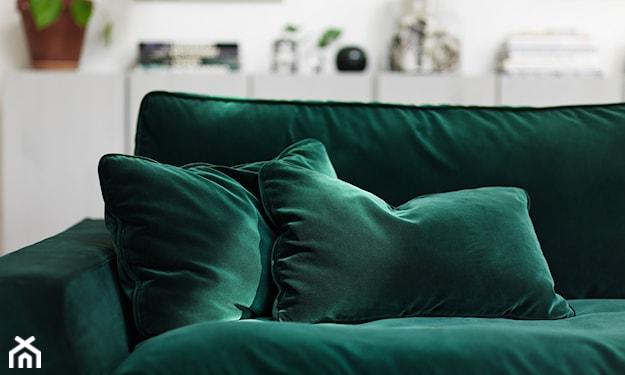 welurowa sofa w kolorze butelkowej zieleni