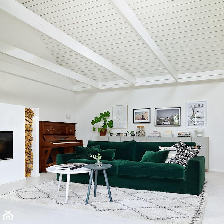 sofa w kolorze butelkowej zieleni