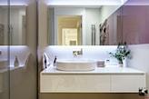 umywalka nablatowa, podświetlane lustro bez ramy, białe meble łazienkowe z połyskiem