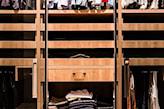 szuflady z jasnego drewna w garderobie
