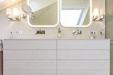 biała szafka łazienkowa, lustro z podświetlaną ramą