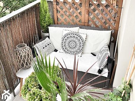 Aranżacje wnętrz - Taras: Balkon Pani Elwiry - Mały taras z tyłu domu rustykalny, styl nowoczesny - Inspiracje użytkowników. Przeglądaj, dodawaj i zapisuj najlepsze zdjęcia, pomysły i inspiracje designerskie. W bazie mamy już prawie milion fotografii!