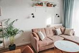 różowy narożnik w salonie