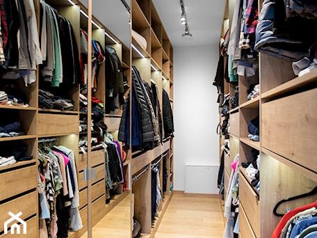 Aranżacje wnętrz - Garderoba: Ciepła sypialnia wykończona w drewnie - Garderoba, styl nowoczesny - UNDERWOOD Meble . Przeglądaj, dodawaj i zapisuj najlepsze zdjęcia, pomysły i inspiracje designerskie. W bazie mamy już prawie milion fotografii!