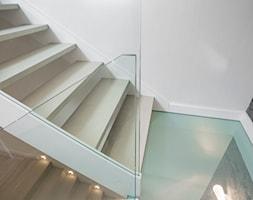 schody+balustrad%C4%85+i+podestem+szklanym+-+zdj%C4%99cie+od+P%26P+Kotula+Schody