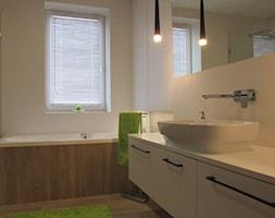MIESZKANIE NA 5 - Średnia beżowa łazienka w domu jednorodzinnym z oknem, styl nowoczesny - zdjęcie od 4DSGN ARCHITEKTURA WNĘTRZ