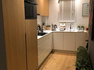 PRZYTULNE MIESZKANIE W KROŚNIE - Mała otwarta wąska biała kuchnia w kształcie litery u w aneksie z oknem, styl nowoczesny - zdjęcie od 4DSGN ARCHITEKTURA WNĘTRZ