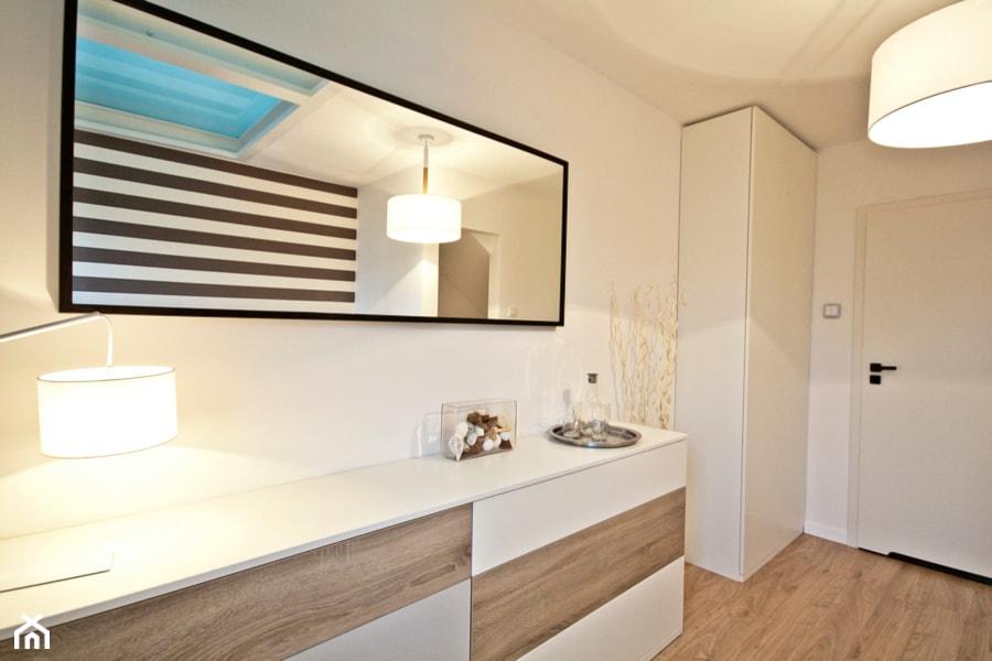 PRZESTRONNY APARTAMENT - Średnia biała sypialnia małżeńska na poddaszu, styl nowoczesny - zdjęcie od IDAFO projektowanie i wykończenie wnętrz - Homebook