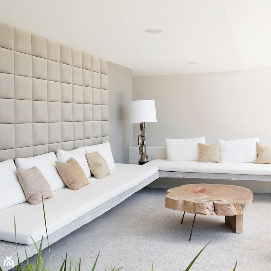 panele 3D w salonie za kanapą