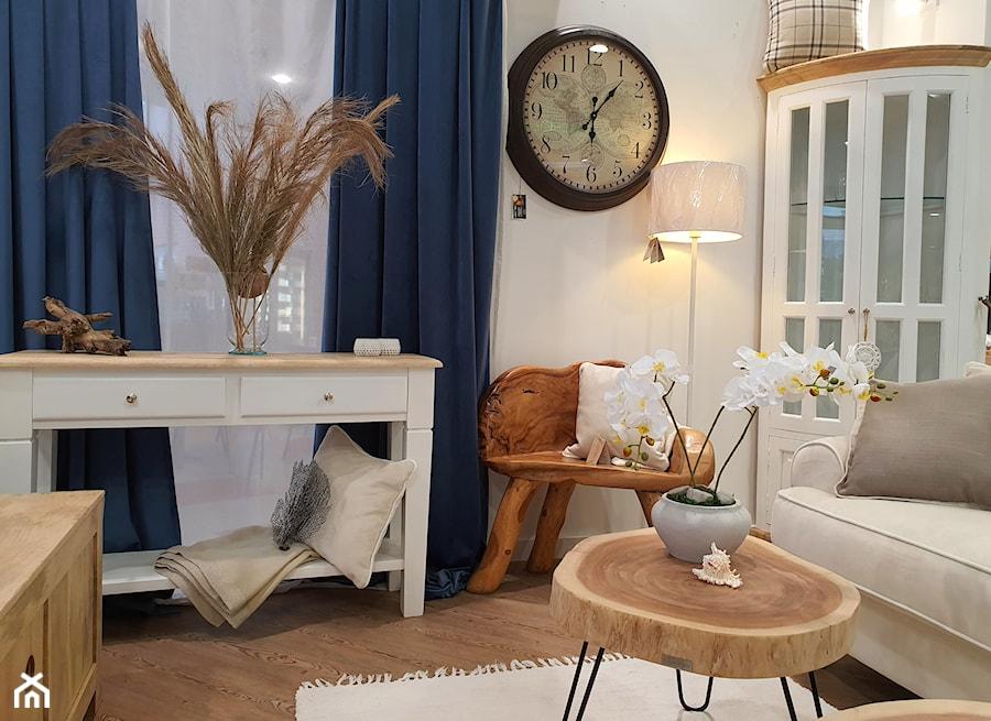 Salon biało-niebieski w zestawieniu z naturalnym drewnem - zdjęcie od Cudne Meble