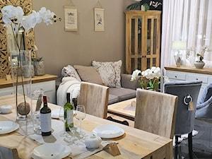 Salon z drewnianymi meblami w białych i naturalnych kolorach drewna - zdjęcie od Cudne Meble