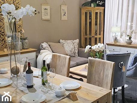 Aranżacje wnętrz - Salon: Salon z drewnianymi meblami w białych i naturalnych kolorach drewna - Cudne Meble. Przeglądaj, dodawaj i zapisuj najlepsze zdjęcia, pomysły i inspiracje designerskie. W bazie mamy już prawie milion fotografii!