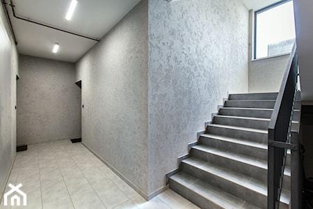 Beton architektoniczny na ścianie. W jakich wnętrzach go zastosować?