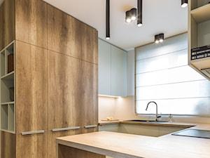Mieszkanie w Kołobrzegu 02 - Średnia otwarta biała kuchnia w kształcie litery g z oknem, styl nowoczesny - zdjęcie od JSM Architektura Wnętrz
