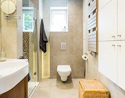 Mieszkanie w Kołobrzegu 01 - Średnia beżowa szara łazienka z oknem, styl klasyczny - zdjęcie od JSM Architektura Wnętrz