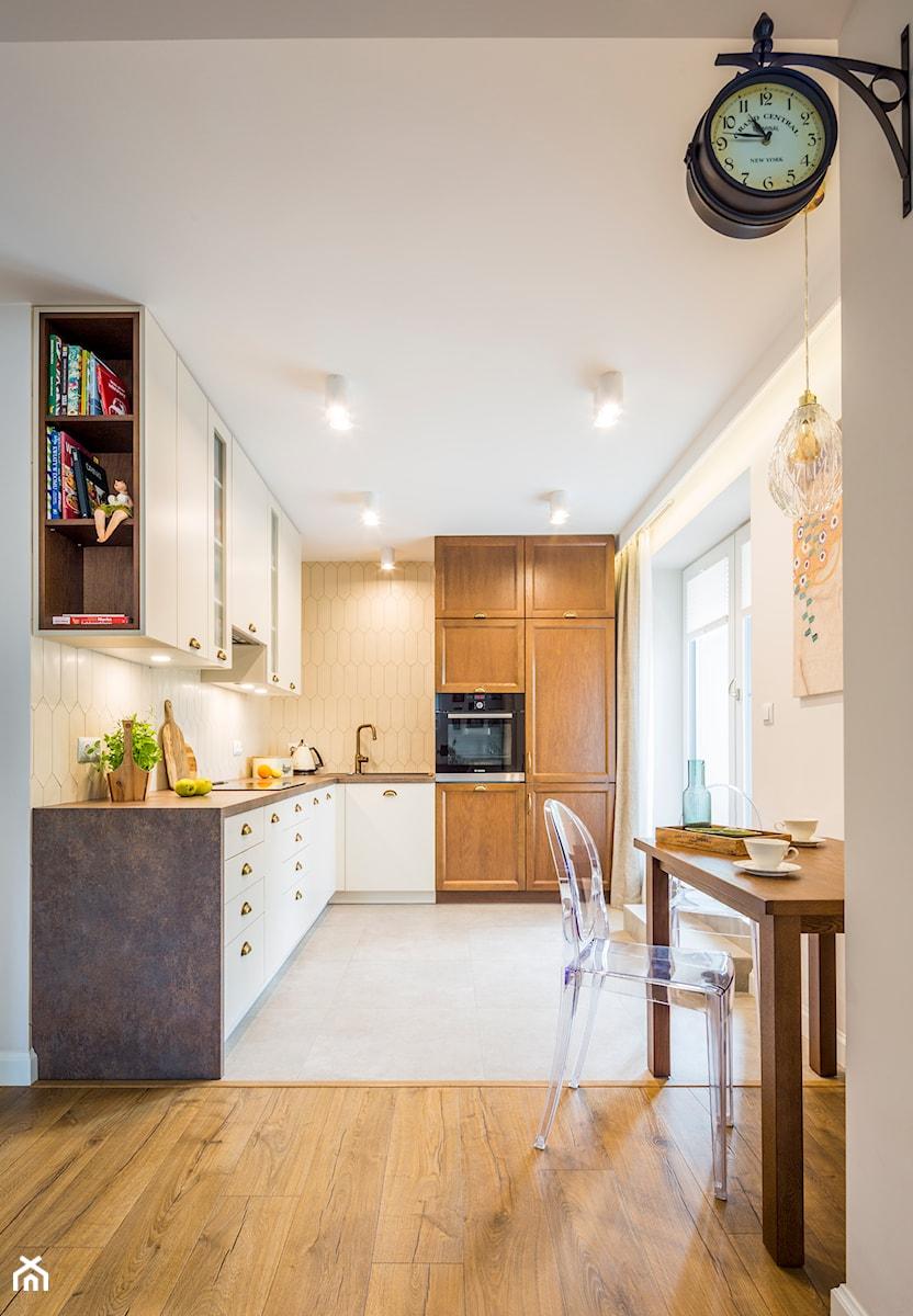 Mieszkanie w Kołobrzegu 01 - Średnia otwarta szara kuchnia w kształcie litery l z oknem, styl klasyczny - zdjęcie od JSM Architektura Wnętrz