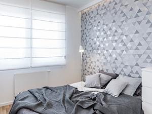 Mieszkanie w Poznaniu 02 - Średnia biała sypialnia małżeńska, styl minimalistyczny - zdjęcie od JSM Architektura Wnętrz