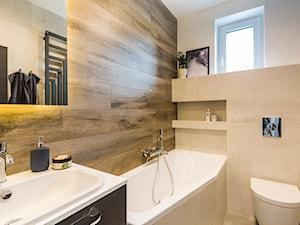 Mieszkanie w Kołobrzegu 02 - Średnia biała beżowa łazienka z oknem, styl nowoczesny - zdjęcie od JSM Architektura Wnętrz