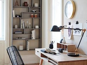 Małe szare biuro kącik do pracy w pokoju, styl skandynawski - zdjęcie od sfmeble.pl