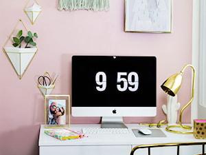 Małe szare różowe biuro kącik do pracy, styl nowoczesny - zdjęcie od sfmeble.pl