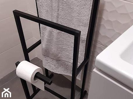 Aranżacje wnętrz - Łazienka: Stojak na papier toaletowy - Alus Sp z o o. Przeglądaj, dodawaj i zapisuj najlepsze zdjęcia, pomysły i inspiracje designerskie. W bazie mamy już prawie milion fotografii!