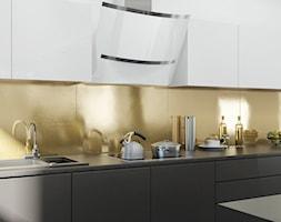 Elegancka kuchnia ze złotym dodatkiem i okapem Altemo White - zdjęcie od Okapy kuchenne