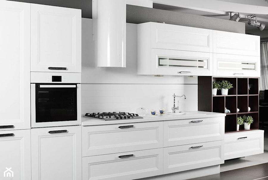 Klasyczna i elegancka biała kuchnia  zdjęcie od Okapy