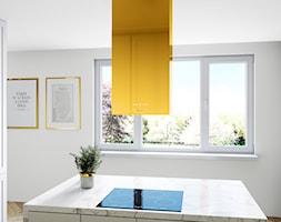 Jasna kuchnia otwarta na salon z marmurową wyspą i złotymi elementami - zdjęcie od OkapyKuchenne.pl - Homebook