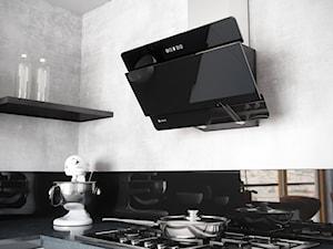 Kuchnia z betonem architektonicznym oraz szklanym okapem Merto Black 60