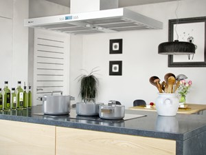 Nowoczesna wyspa kuchenna w przestronnej kuchni otwartej na salon