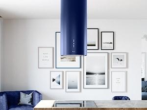 Minimalizm w kolorze - kuchnia skandynawska z niebieskim okapem GLOBALO Cylindro Isola