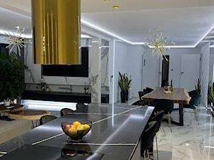 Nowoczesna elegancja - Zjawiskowa kuchnia z wyspą i złoty okapem