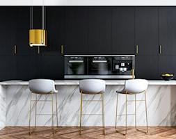 Elegancka kuchnia czarno-biała z marmurową wyspą i złotym okapem na linkach - zdjęcie od OkapyKuchenne.pl - Homebook