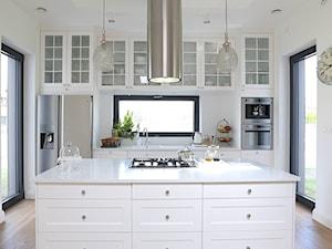 Klasyczna biała kuchnia z wyspą