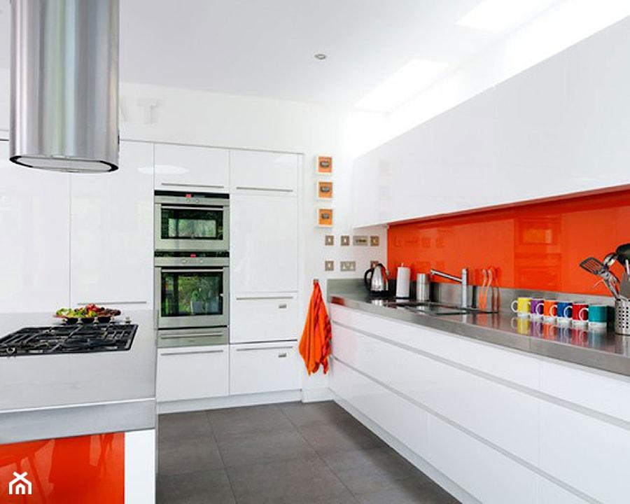 Nowoczesna Biało Pomarańczowa Kuchnia Zdjęcie Od Okapy