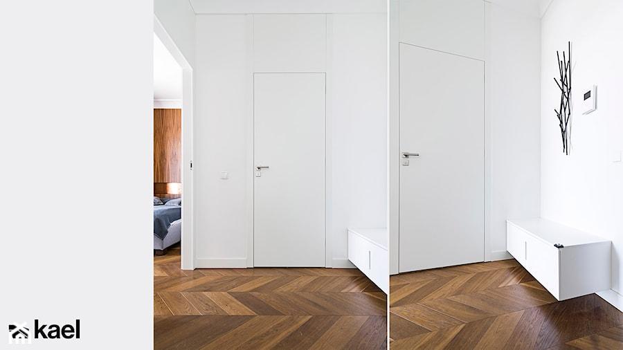 Drzwi z ukrytą ościeżnicą. - zdjęcie od KAEL Architekci