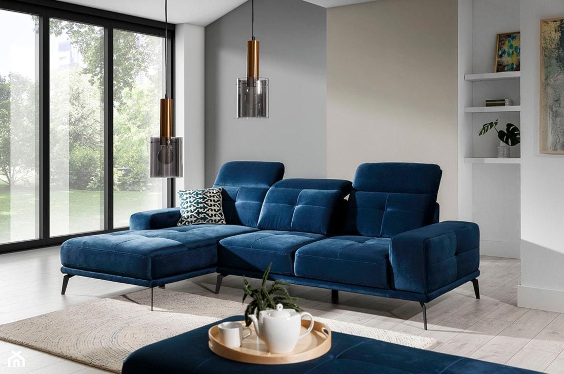 niebieski narożnik w nowoczesnym salonie