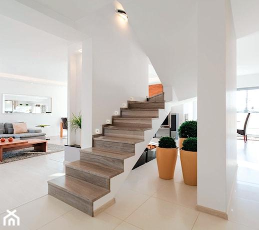 Oświetlenie schodowe – jak estetycznie oświetlić schody wewnętrzne?