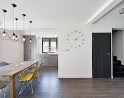 Elmo - Średnia otwarta biała kuchnia jednorzędowa z oknem, styl nowoczesny - zdjęcie od Niuans projektowanie wnętrz - Homebook
