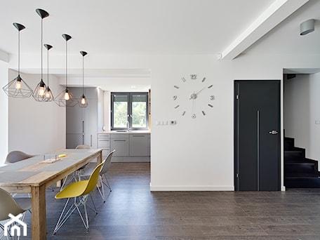Aranżacje wnętrz - Kuchnia: Elmo - Średnia otwarta biała kuchnia jednorzędowa z oknem, styl nowoczesny - Niuans projektowanie wnętrz. Przeglądaj, dodawaj i zapisuj najlepsze zdjęcia, pomysły i inspiracje designerskie. W bazie mamy już prawie milion fotografii!