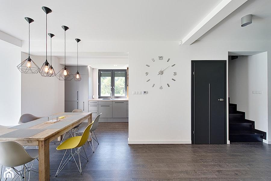 Elmo - Średnia otwarta biała kuchnia jednorzędowa z oknem, styl nowoczesny - zdjęcie od Niuans projektowanie wnętrz