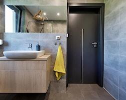 Elmo - Mała szara łazienka na poddaszu w bloku w domu jednorodzinnym z oknem, styl nowoczesny - zdjęcie od Niuans projektowanie wnętrz - Homebook